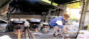 ラオスのお粥屋さん(薪の使用風景)